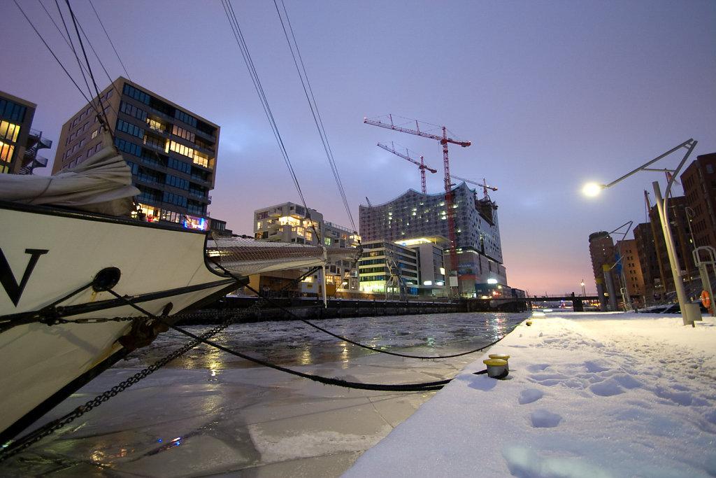 Schnee und Eis im Traditionsschiffhafen Hamburg
